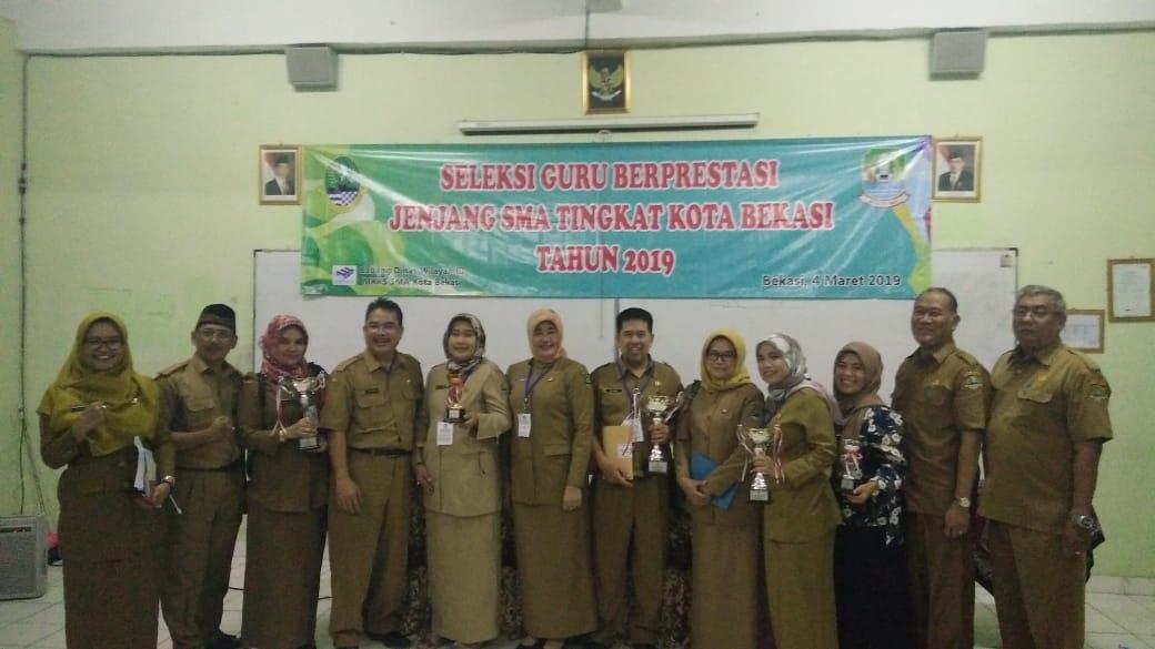 Guru SMAN 2 Kota Bekasi Meraih Penghargaan